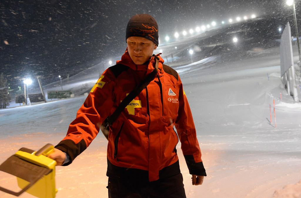 Rinnetoimenjohtaja Tuomo Poukkanen esittelee recco-etsintälaitetta, jolla voidaan paikantaa vyöryn alle lumeen jäänyt henkilö.