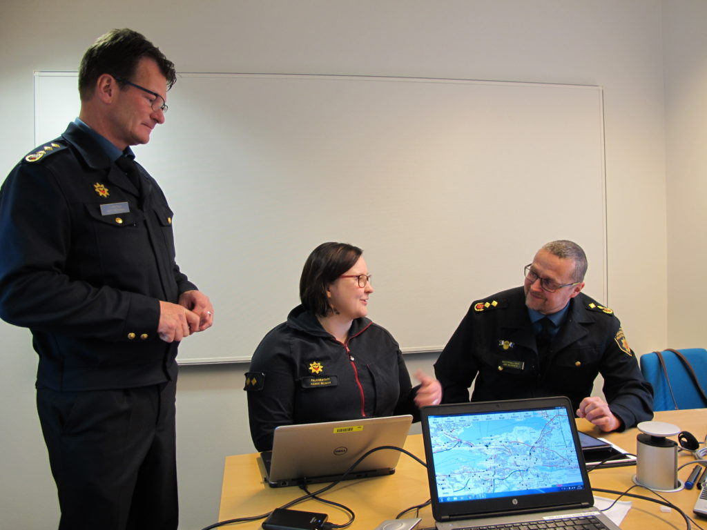 Yliopettaja Matti Honkanen, palomestari Hanne Reiman ja viestipäällikkö Jari Nieminen osaamisen kartoituksessa.