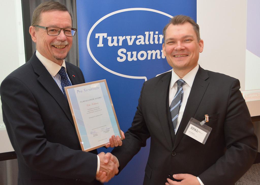 Kansliapäällikön tehtävää parhaillaan hoitava Esko Koskinen sai SPALin myöntämän Turvallinen Suomi -tunnustuksen. Sen luovutti johtaja Kim Nikula.