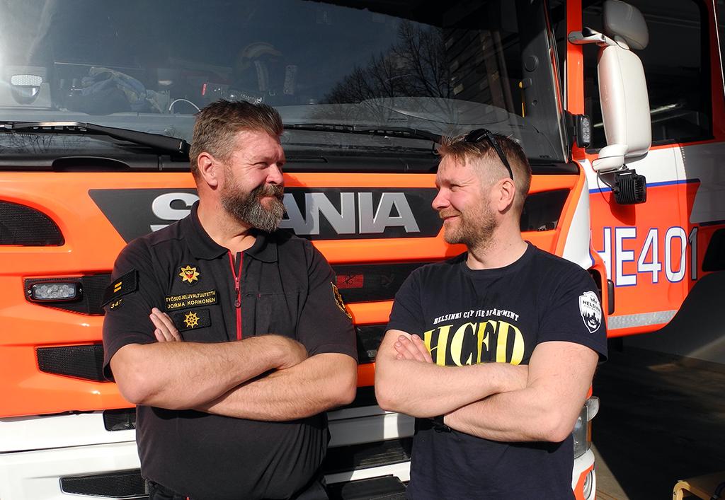 Helsinki Firefighters on julkaissut liki 800 kuvaa ja kerännyt yli 6400 seuraajaa. Tilin perustajat Jorma Korhonen ja Jarno Lehtoranta tietävät, että luovuus kukkii paremmin kentällä kuin viestintäpalaverissa.