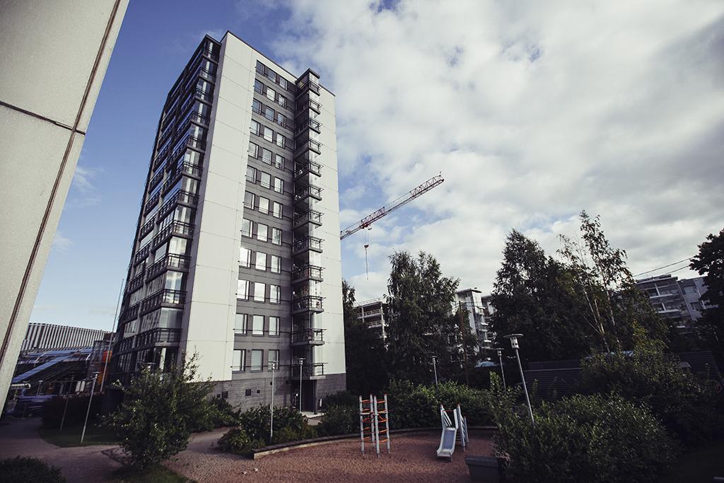 Asetuksen myötä on mahdollista rakentaa yhden portaan uloskäytäviä jopa 16-kerroksisissa asuinrakennuksissa. Kuvassa 12-kerroksinen talo Vantaalla.