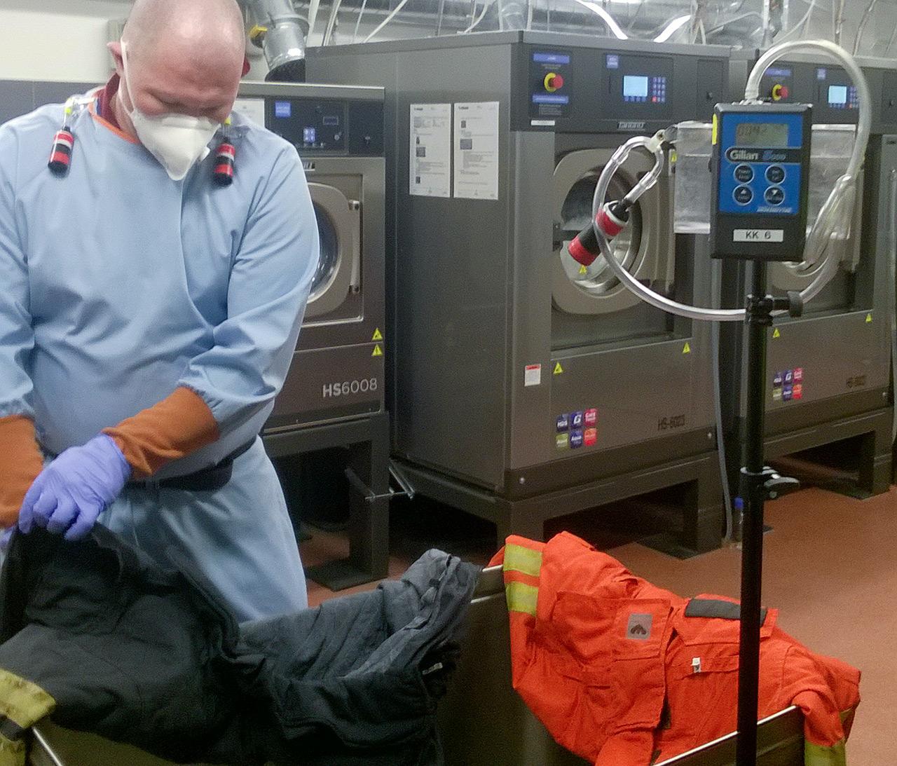 Hankkeessa tutkitaan myös sitä, vaikuttaako pesukoneessa oleva vaatemäärä pesutulokseen. Varusteita käsittelemässä Tero Kallinen Sakupe Oy:stä.