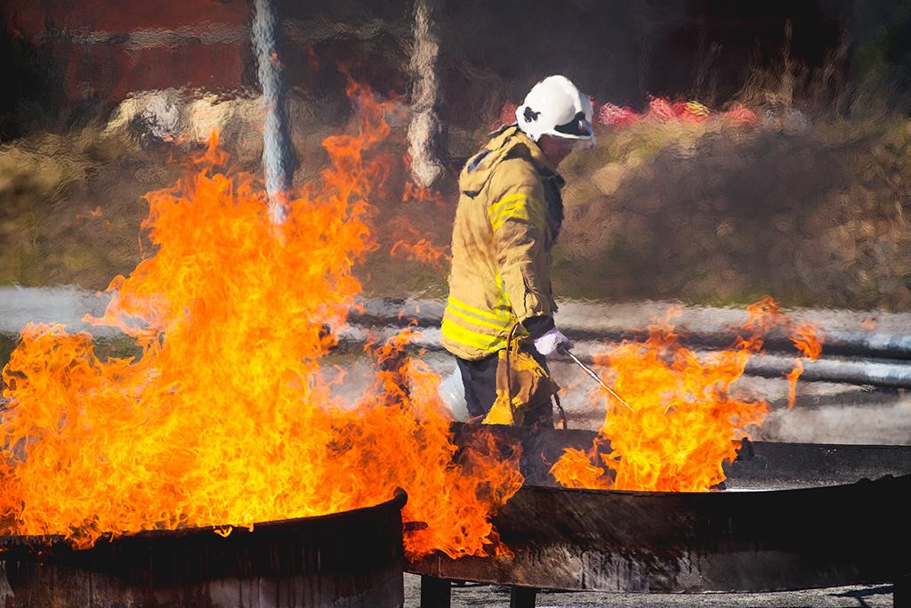 Pelastusopiston harjoitusalueella harjoiteltiin nestepalon sammuttamista aiemmin tänä keväänä.