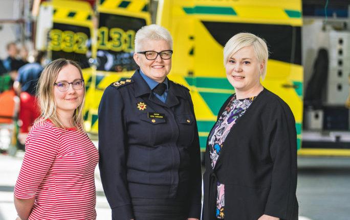 Pelastusopiston rehtori Mervi Parviainen on Kaisu Purasen (vas) ja Mira Leinosen vieraana Apellissa.
