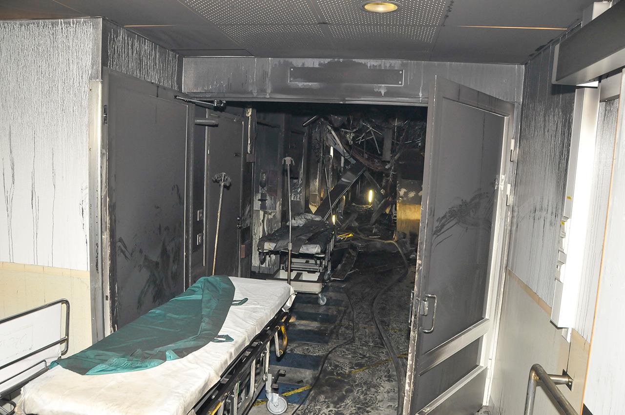 Turun yliopistollisen keskussairaalan tulipalosta syyskuussa 2011 kerrottiin laajasti Pelastustiedossa 7/2011. Savukaasut levisivät nopeasti EA-poliklinikalla palo-osastojen rajapintojen läpi puutteellisten ja avonaisten palokatkojen vuoksi. Kuva: Varsinais-Suomen pelastuslaitos.