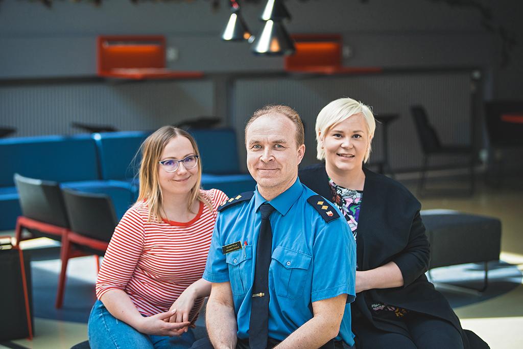 Kaisu Puranen ja Mira Leinonen jututtivat Pelastusopiston suunnittelija Johannes Ketolaa pelastustoimen tilastoista.