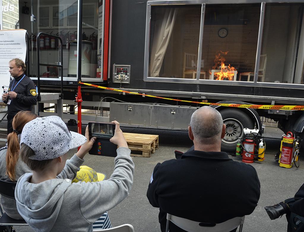 MOPSI-simulaattorissa järjestetään huoneistopalon sammutusnäytöksiä Turvallisuusmessuilla Tampereella 11.-13. syyskuuta.