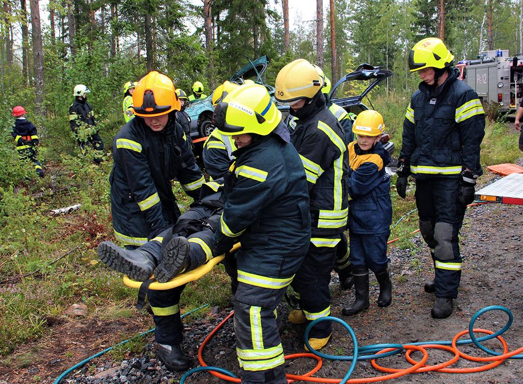 Yhdessä. Tähän näkymään tiivistyy Porissa järjestetyn tapahtuman tarkoitus. Palokuntanuoret ovat pelastaneet autoon juuttuneen ihmisen heille lavastetussa liikenneonnettomuustilanteessa.