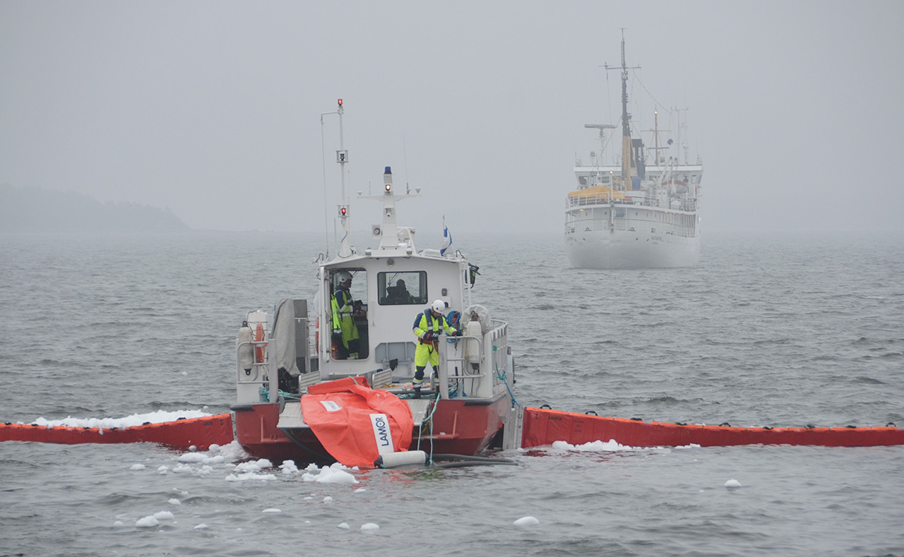Kymenlaakson pelastuslaitoksen öljyntorjuntahenkilöstön vähimmäistavoite on yksi koulutuspäivä vuodessa. Nykyinen aluskalusto vaatii kuitenkin enemmän kouluttautumista ja harjoittelua tehokkaaseen toimintaan. Koulutuspäiviä tulee näin laskettuna henkilöä kohden useita. Suurempi merellinen torjuntaharjoitus pyritään järjestämään 2–3 vuoden välein. Koululaiva M/S Katarina esitti karille ajanutta rahtialusta.