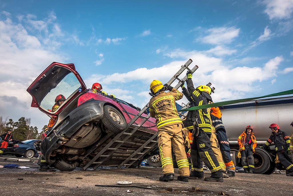 Uudenmaan pelastuslaitokset ovat tehneet yhteistyötä jo pitkään. Yhteisharjoituksessa Ämmässuolla treenattiin tieliikennepelastamista viime keväänä.