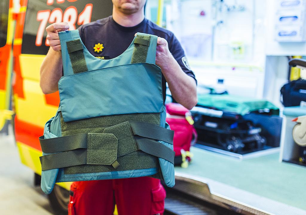 Terroririlanteessa ammattilainen voi suojautua esimerkiksi viiltosuojaliivillä. Siviilin kannattaa paeta. (Kuva: Teemu Heikkilä)