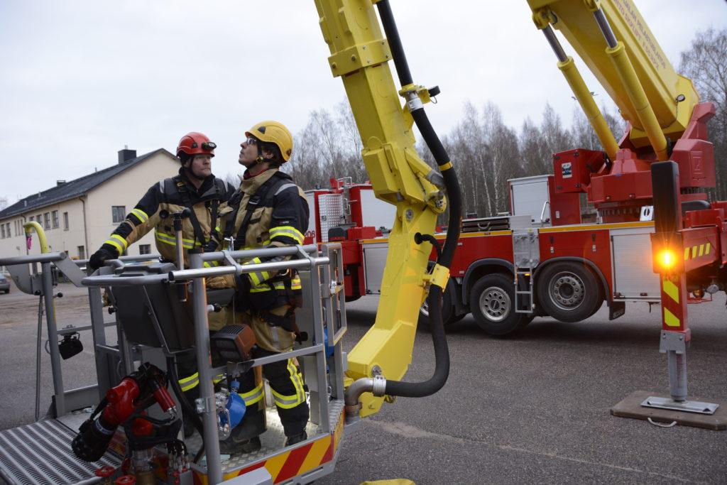 Ylipalomies Mikko Uimonen ja palomies Mikko Parkkonen osallistuivat työvuoron harjoitukseen. Uusi kalusto miellyttää.
