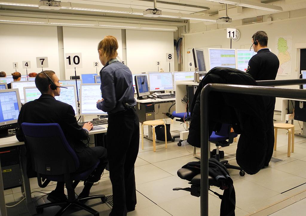 Hätäkeskuspäivystäjäopiskelijoita harjoituksessa. Nykyisin Pelastusopistossa alkaa vuosittain kaksi 16 opiskelijan kurssia yhden 24 opiskelijan kurssin sijaan.