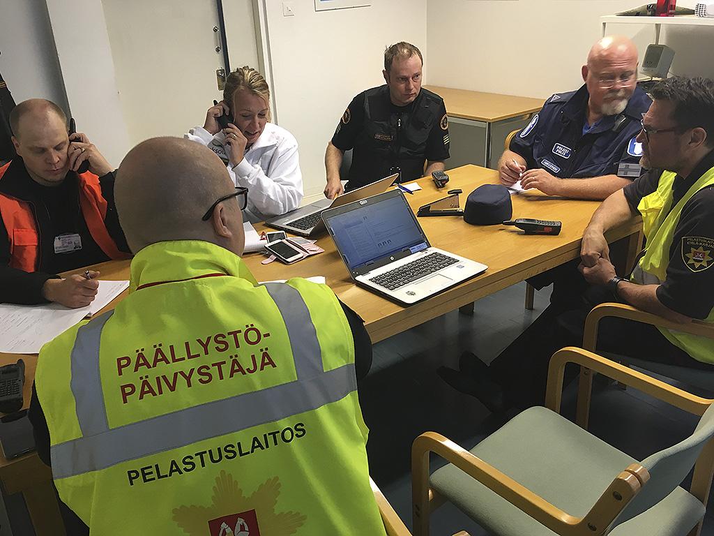 Viranomaisten yhteinen johtoryhmä Lappeenrannan lentokentän suuronnettomuusharjoituksessa syyskuussa 2018.