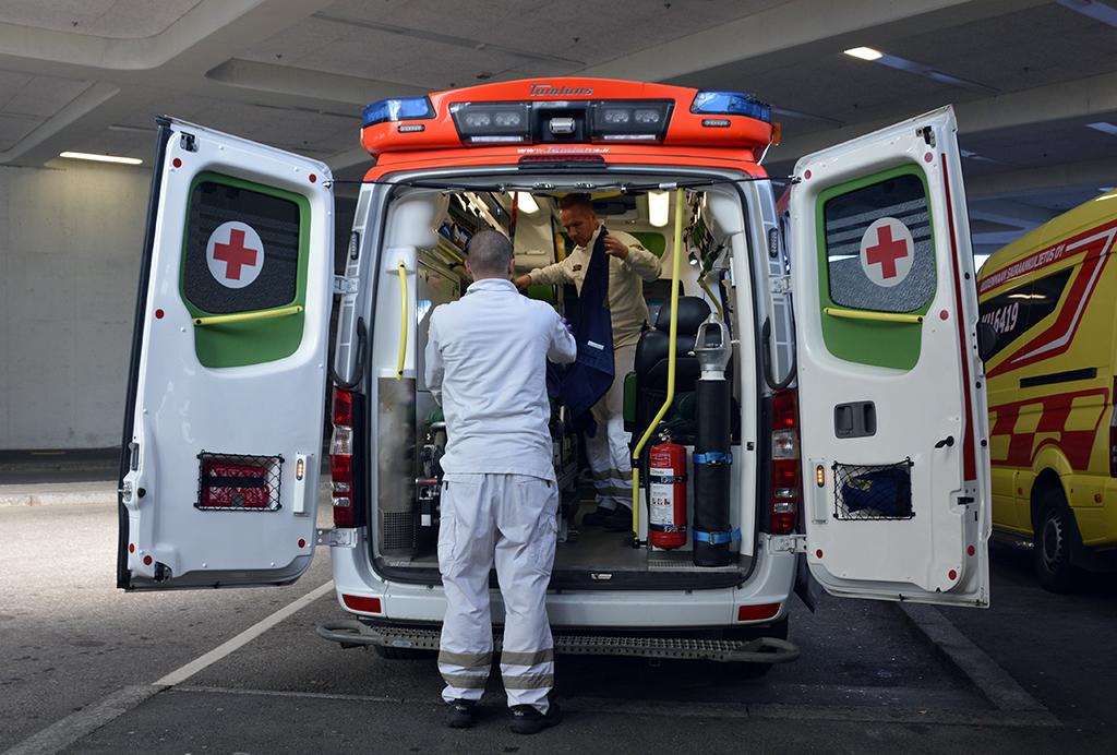 Uhka- ja väkivaltatilanteita kirjattiin useammin suuriin kasvukeskuksiin kuin harvaan asutulle maaseudulle. Kuvassa ambulanssi Meilahden sairaala-alueella.