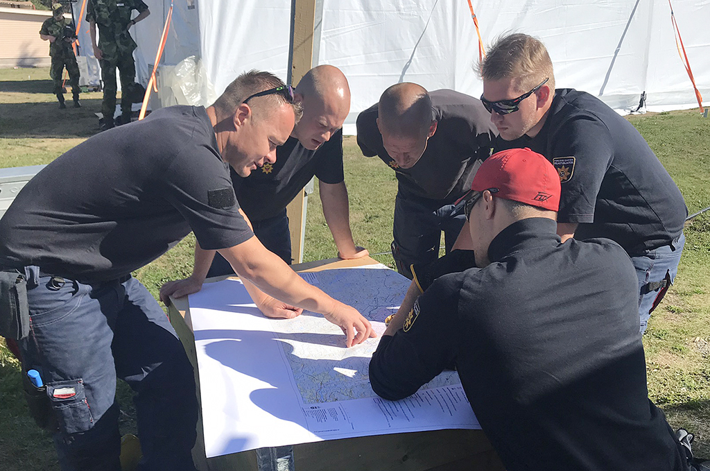 Kesällä 2018 suomalaisjoukot auttoivat Ruotsin maastopalojen sammuttamisessa. Pohjois-Savon ryhmä suunnitteli omaa tehtäväänsä.