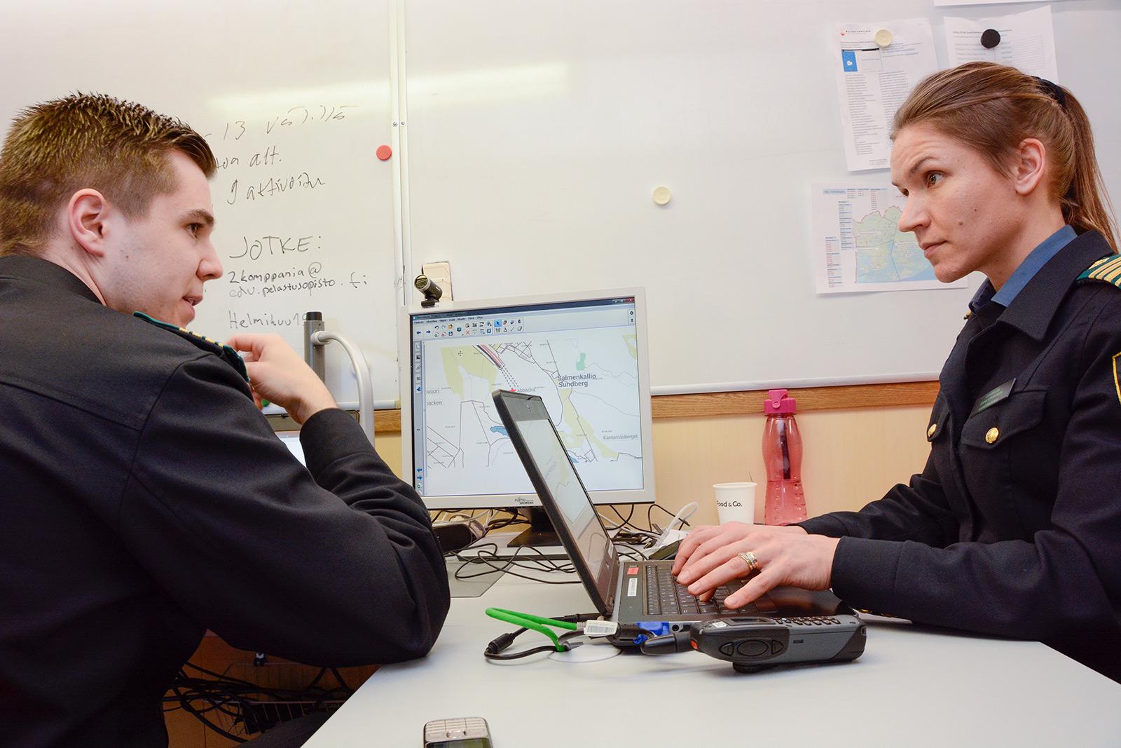 Päällystöopiskelijat Juuso Hagqvist ja Anna Eskelinen hoitivat suurta tieliikenneonnettomuutta 2. komppanian esikunnassa. He toimivat tilanne- ja operaatiopäällikkönä sekä pelastustoiminnan johtajana.