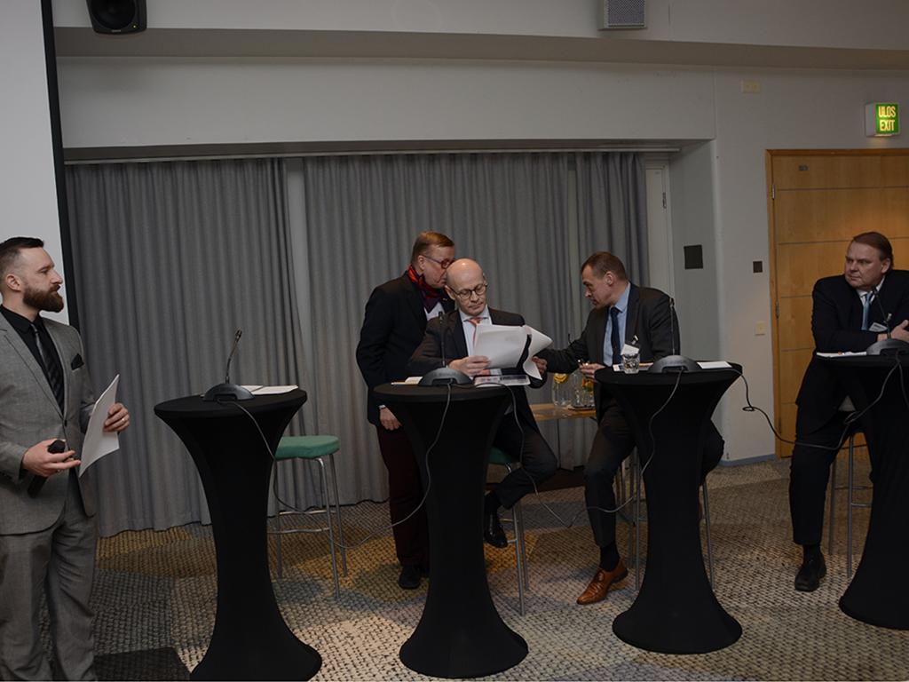 Työmarkkinalakimies Jari Koivuluoma SPAL:sta (vas.) veti järjestöjen edustajien paneelikeskustelun, jossa mukana olivat Isto Kujala SSPL, Ari Keijonen (SPPL), Marko Hasari (SPEK) ja Pasi Jaakkola (SPAL).