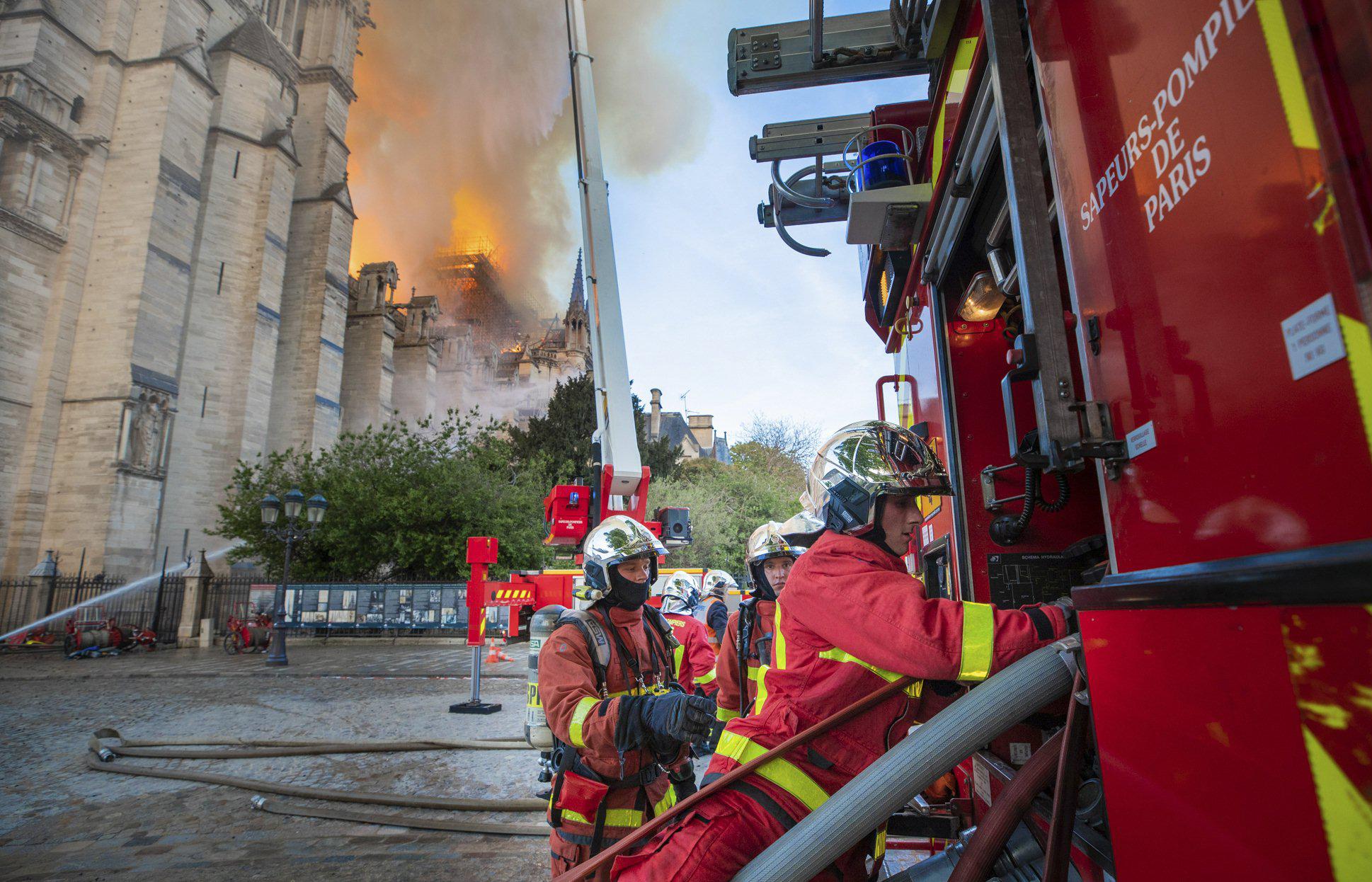 Pariisilaiset palomiehet joutuivat tosipaikan eteen, kun historiallisessa arvokkaassa Notre Damen katedraalissa syttyi massiivinen tulipalo.