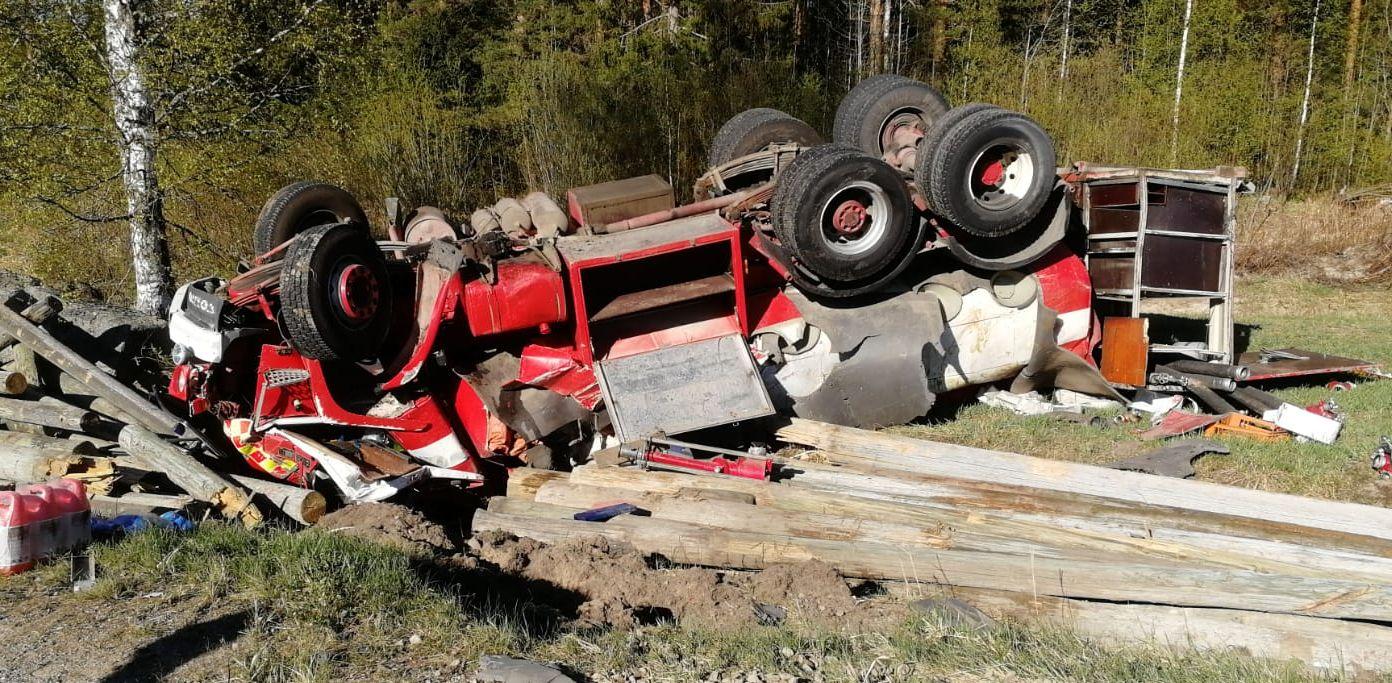Kapean ja huonokuntoisen asfalttitien reuna murtui mutkassa ja säiliöauto suistui ojan yli katolleen pellolle.