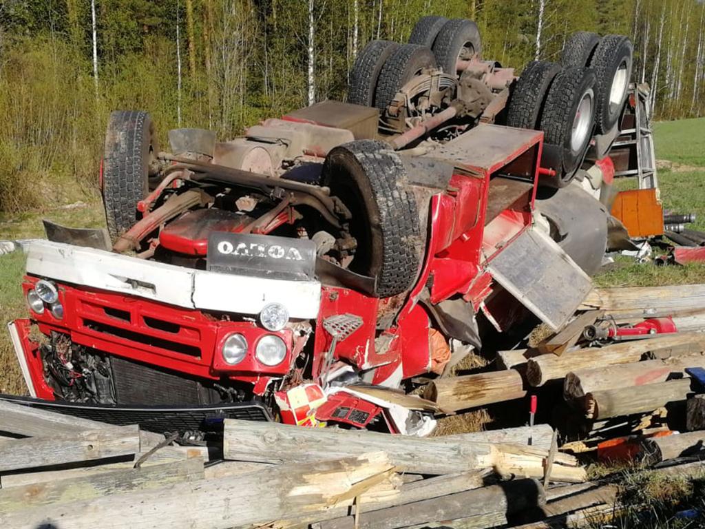 Säiliöauton kuljettaja selvisi onnettomuudesta lievin vammoin, vaikka jälki oli pahan näköistä.