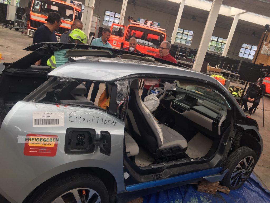 CTIF-järjestön Extrication and new technology -materiaalintuottoviikolla viime vuonna Brysselissä leikattiin yli 20 autoa. Kuvassa hiilikuitukuorinen, täyssähköinen BMW, jota leikatessa täytyy suojautua paineilmalaittein.