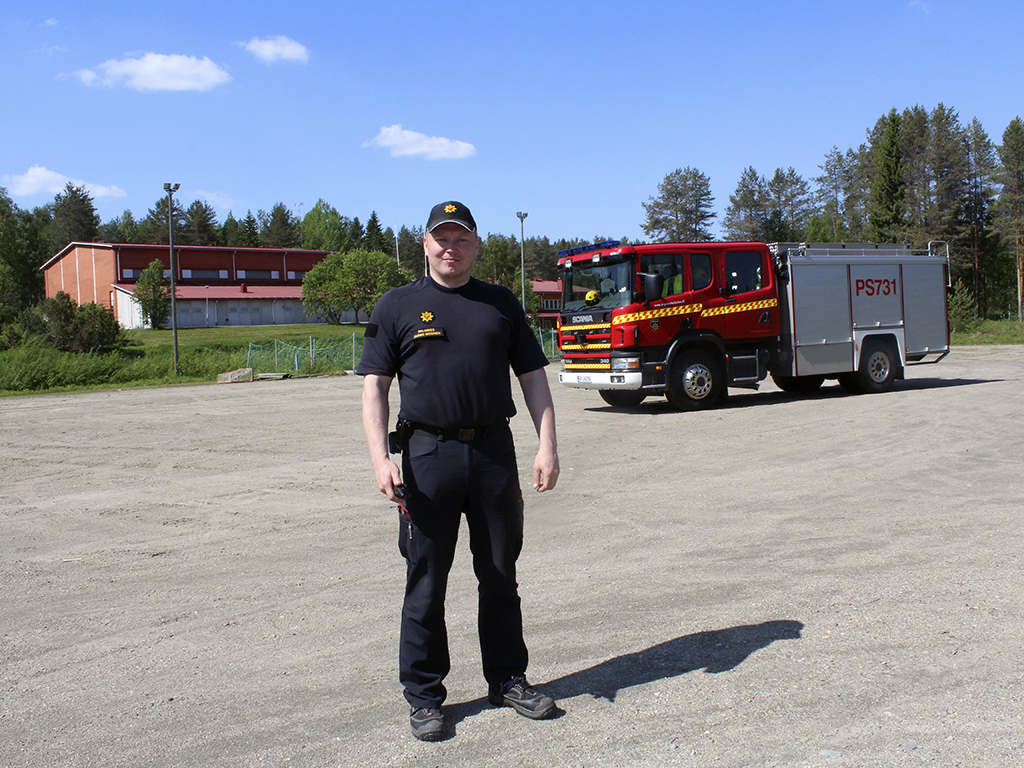 Pohjois-Savon pelastuslaitoksen palomies Jarmo Nissinen Rautavaaran monitoimitalon kentällä, joka on leirin käytössä.
