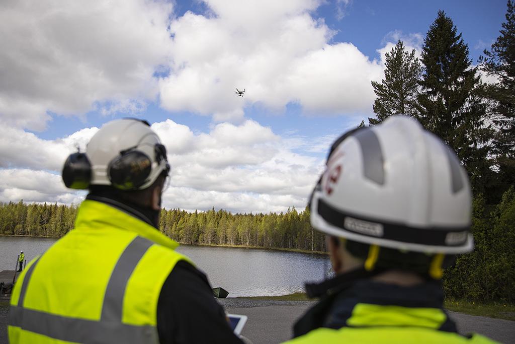 Viranomaiset saavat uusia vinkkejä ilma-alusten käyttöön Drone-olympialaisissa. Kuva Pelastusopiston Drone-harjoituksista toukokuulta.