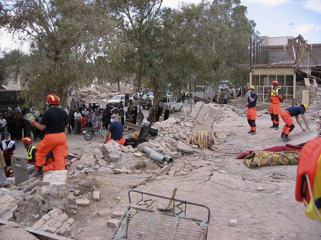 Finn Rescue Force Iranin maanjäristyksen jälkeen rauniopelastustoimissa vuonna 2003. Kuuntelutapahtuma on alkamassa. Kuvassa oikealla asennetaan antureita ja vasemmalla tarkkailija hiljentää yleisöä.