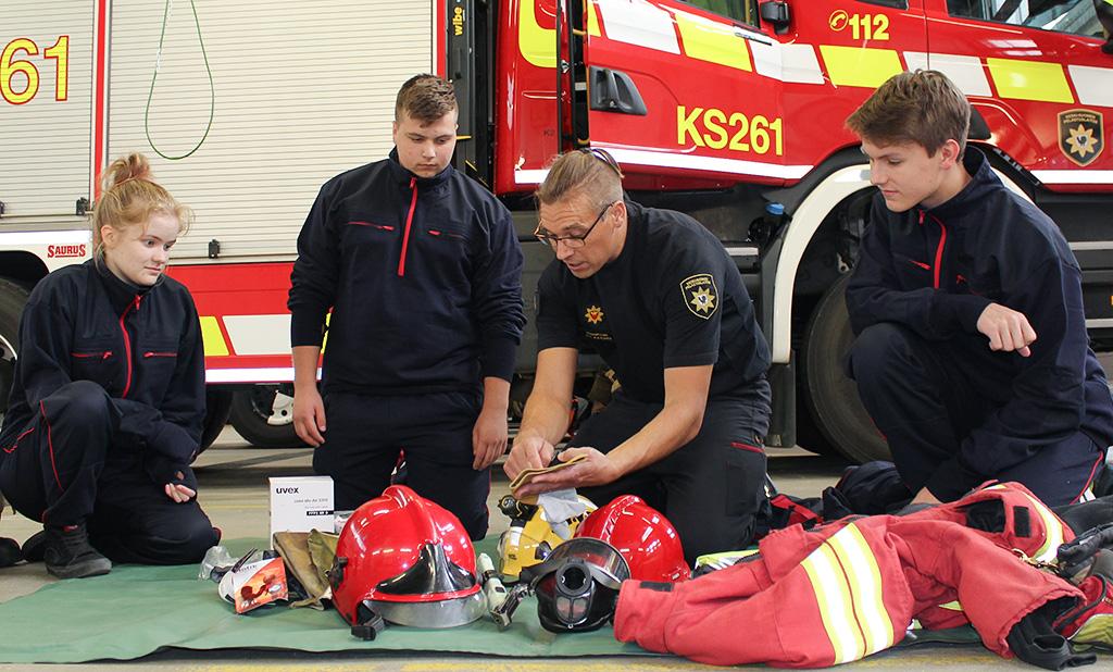 Viitasaaren lukion pelastus- ja turvallisuuslinja alkoi elokuussa. Kuvassa vasemmalta Siru Kakkinen, Ossi Piirainen, Ville Ala-Kokko ja Anton Mönttinen.
