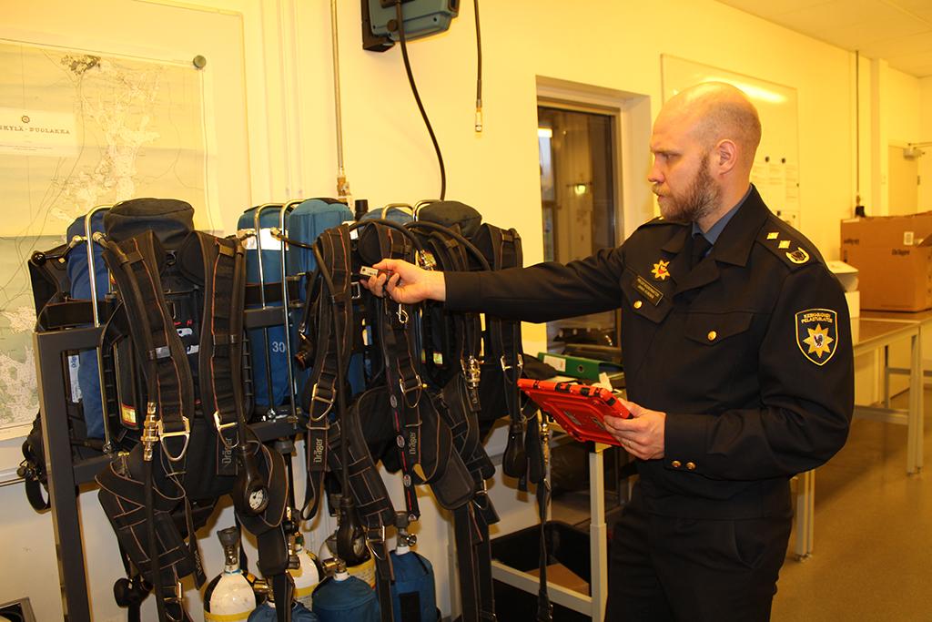 Jaakko Heinosella on lukulaite, joka tunnistaa paineilmalaitteen yksilöintitiedot.