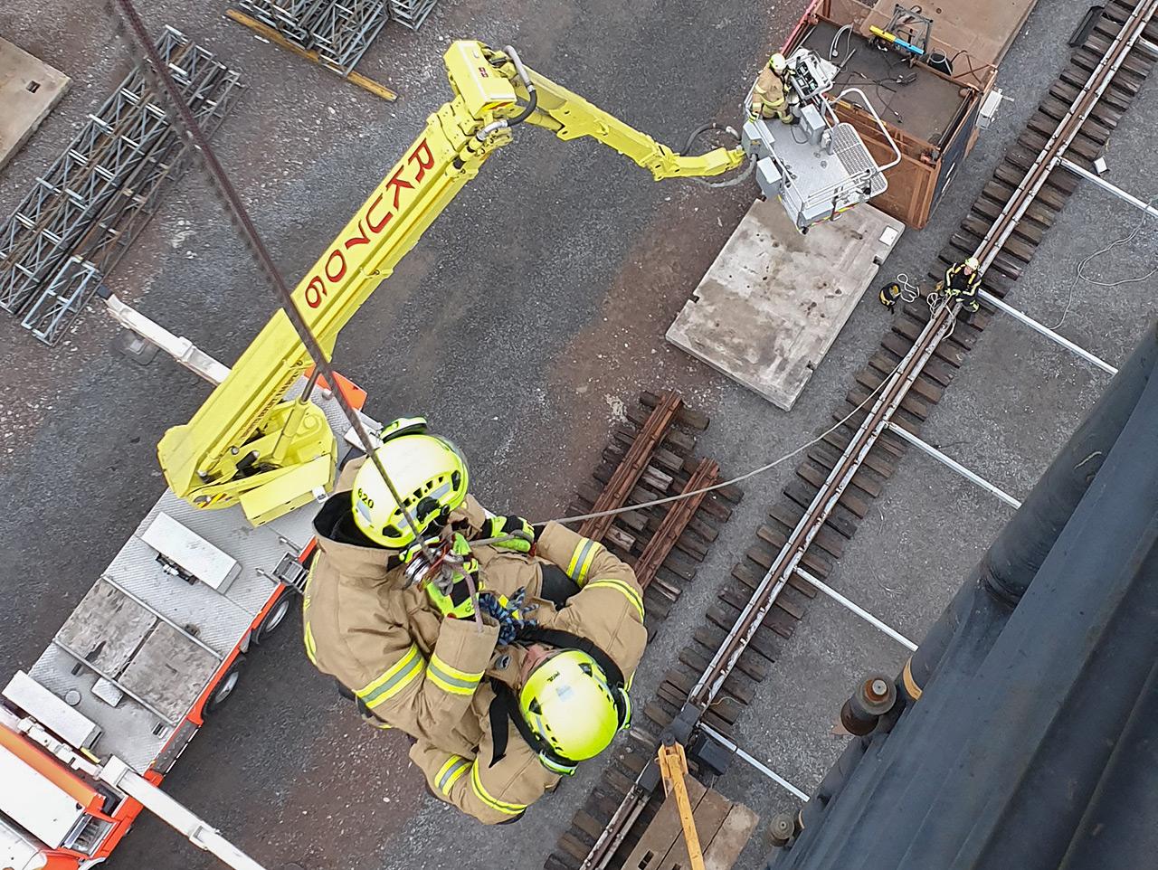 Torninosturin kuljettajan pelastamisessa saattaja ja potilas ovat köysijärjestelmien varassa. Ohjausköysi estää tuulen aiheuttamaa heiluntaa ja pyörimistä toiminnan aikana. Kuvat: Toni Keto.