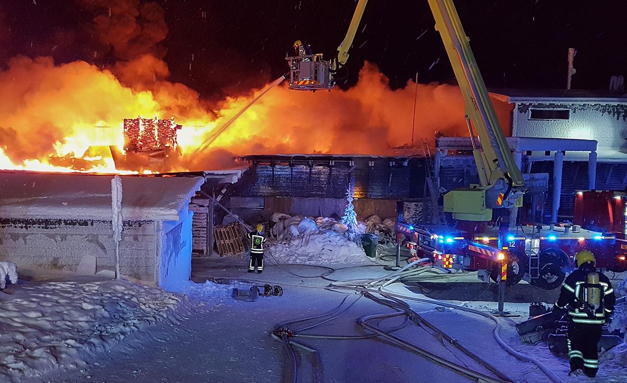 Iso-Syötteen tulipaloa voitiin sammuttaa lähinnä ylhäältä päin kattotyöskentelynä ja puomitikkailta sammuttaen. Kuva: Juho Tolonen.