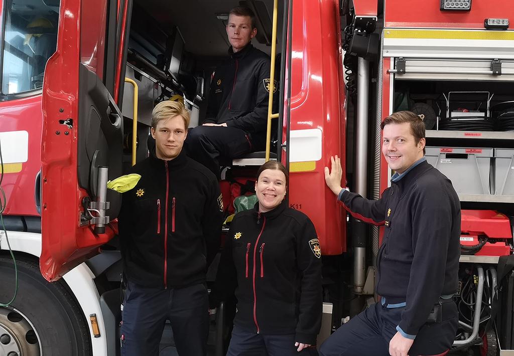 Palomiehet Topi Junnonen (edessä vasemmalla) ja Lasse Pennanen (takana) kuulivat Johanna Franzénilta ja Sampsa Lintuselta pelastuslaitoksen Plan B -projektista.