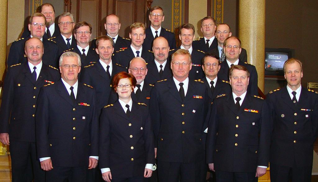 Pelastusjohtajat ryhmäkuvassa 15 vuotta sitten. Heistä 13 ei ole enää virassa. (Kuva: Perttu Vepsäläinen/SM)