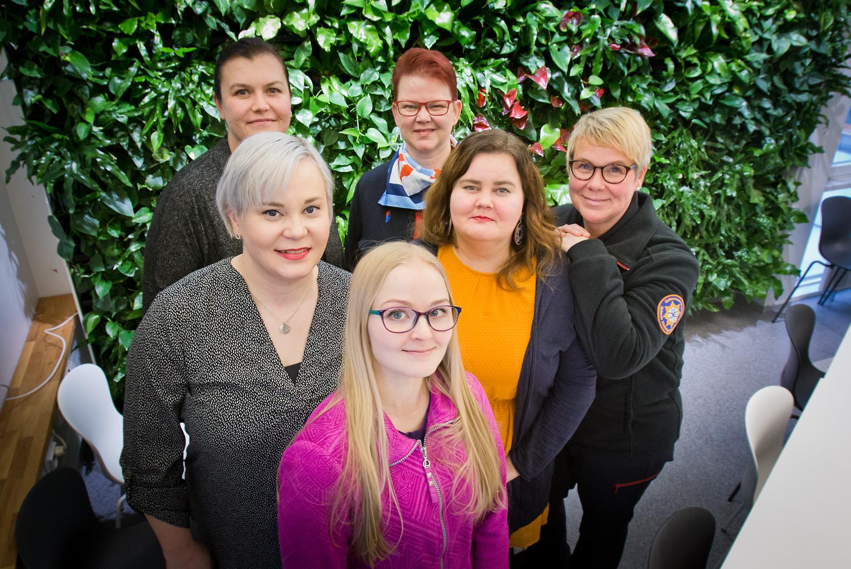 Yhdistyksen jäsenet Sini Santasalo (edessä), Mira Leinonen (2.rivi vas), Taina Hanhikoski, Sari Tuuri-Salonen, Tiia Tiesmäki (3.rivi vas) ja Marika Metsä-Tokila haluavat tehdä pelastusalasta tasa-arvoisen ympäristön.