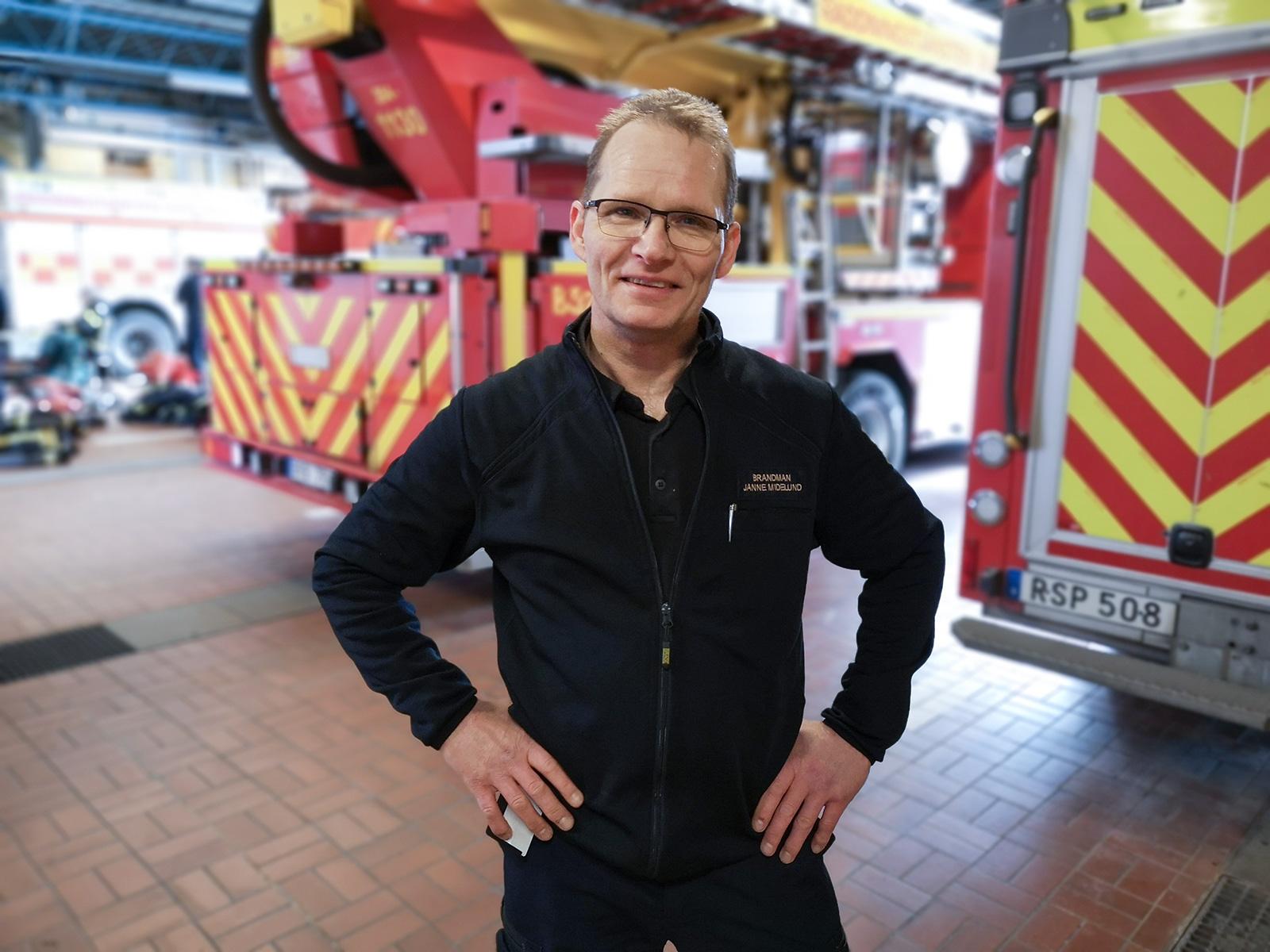 Suomesta Ruotsiin vuonna 1969 muuttanut Janne Midelund on työskennellyt palomiehenä 30 vuotta. Hän kertoo, että hälytysten jälkeen palopaikalla käytetään hengityssuojainta ja suojakäsineitä varusteita käsitellessä.