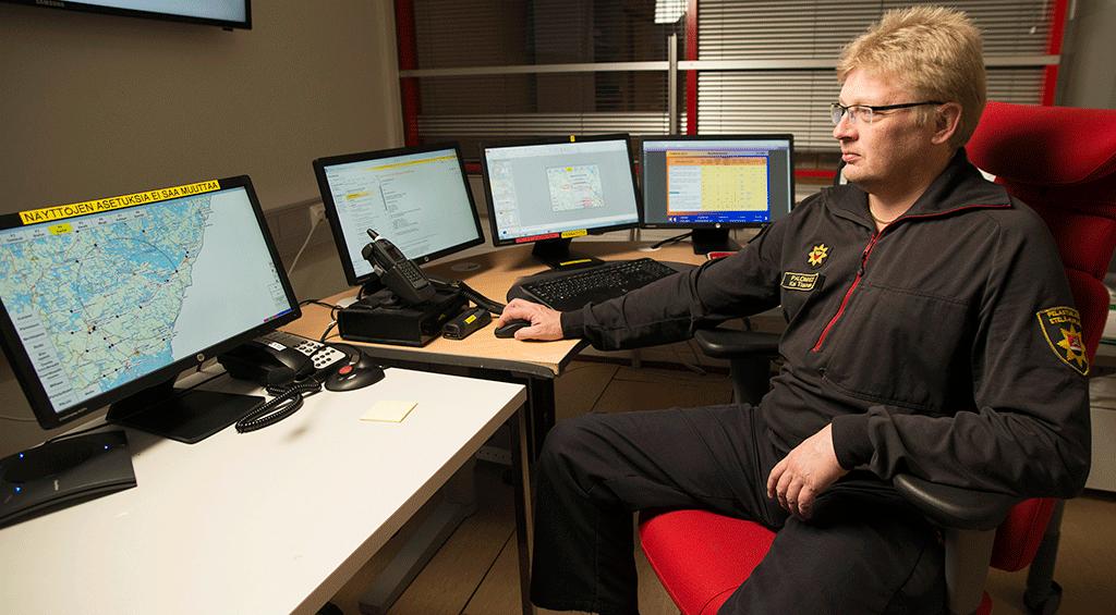 Etelä-Karjalan pelastuslaitoksen tilannehuoneessa valvotaan koko maakuntaa ja ollaan mukana myös Itä-Suomen yhteisessä tilannekeskuksessa. Palomies Kai Tiainen istuu tilannehuoneessa.