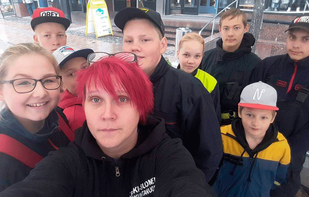 Elina Tirkkonen Korpilahden ja Vaajakosken palokuntanuorten kanssa Mahdollisuuksien torilla Jyväskylässä muutaman vuoden takaa.