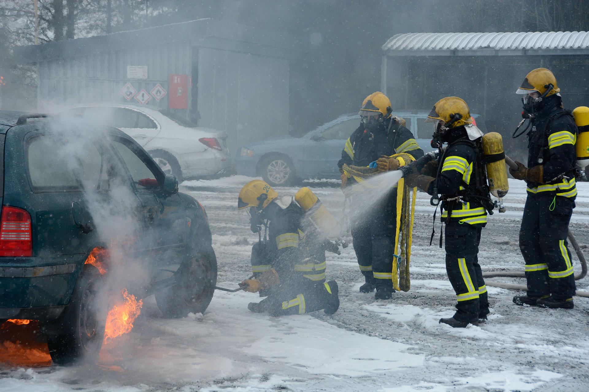 Alkavaa kuvitteellista sähköautopaloa taltutetaan eri menetelmillä Pelastusopistolla maaliskuussa 2020.