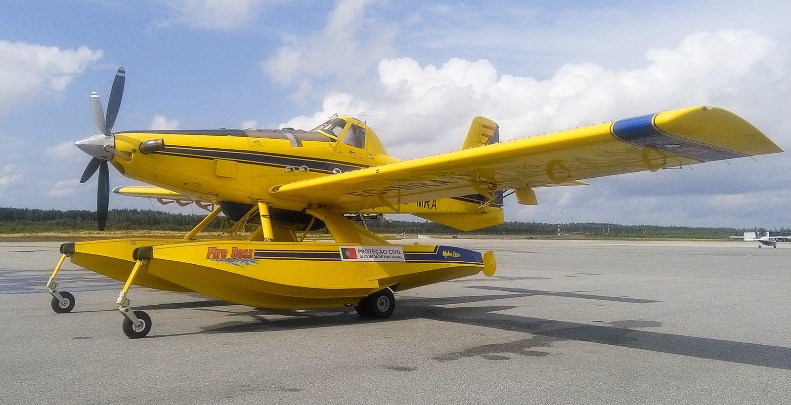 """Air Tractor AT 802 -lentokoneita käytetään laajalti maastopalojen sammutuksessa Portugalissa. Koneen ponttooneissa olevat vesisäiliöt voidaan täyttää """"scooppaamalla"""". Kuva: ANECP."""