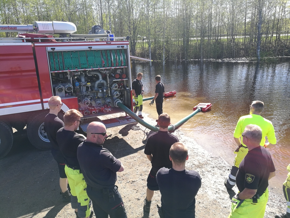 Lapin pelastuslaitos ja Arctic Rescue Team -pelastusjoukko tutustumassa ja harjoittelemassa yhdessä pumppuautojen ja muiden suurten vesimassojen siirtämiseen soveltuvan kalustojen käyttöä. Kuva: Lapin pelastuslaitos