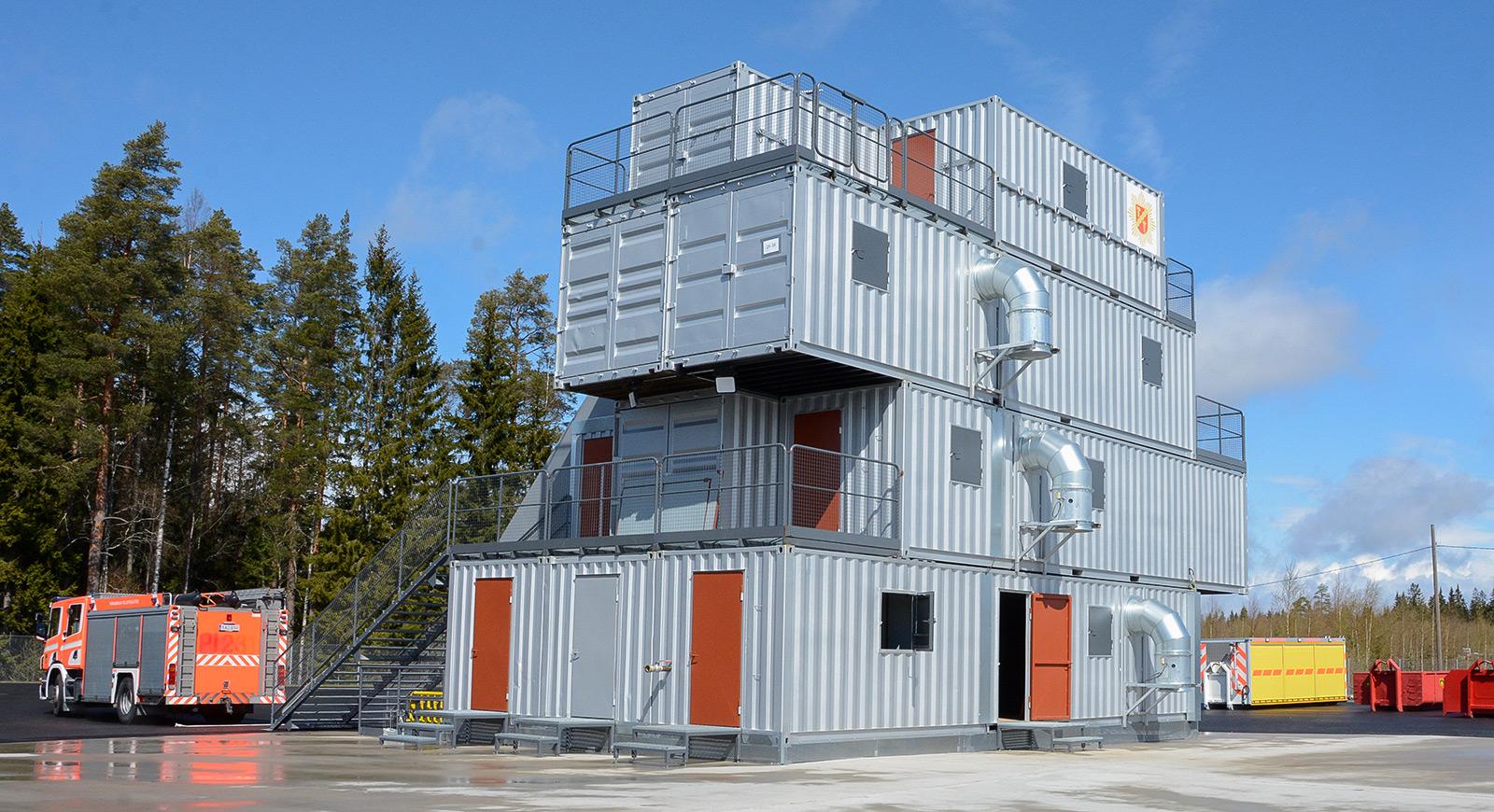 Nelikerroksinen palotalo muodostuu yhdeksästä 12 metrin ja kahdesta 6 metrin merikontista. Vaativuutta on lisätty siirrettävillä väliseinillä. Kohteessa voidaan harjoitella myös ikkunoista, parvekkeilta ja kellarista pelastamista. Kattotyöskentelyyn on länsipuolella oma lappeensa. Kangasalla on myös verstas koko Pirkanmaan pelastuslaitoksen autokaluston huoltoon ja koulutuskalustoa. Tavoitteena on täysiverinen harjoitusalue.