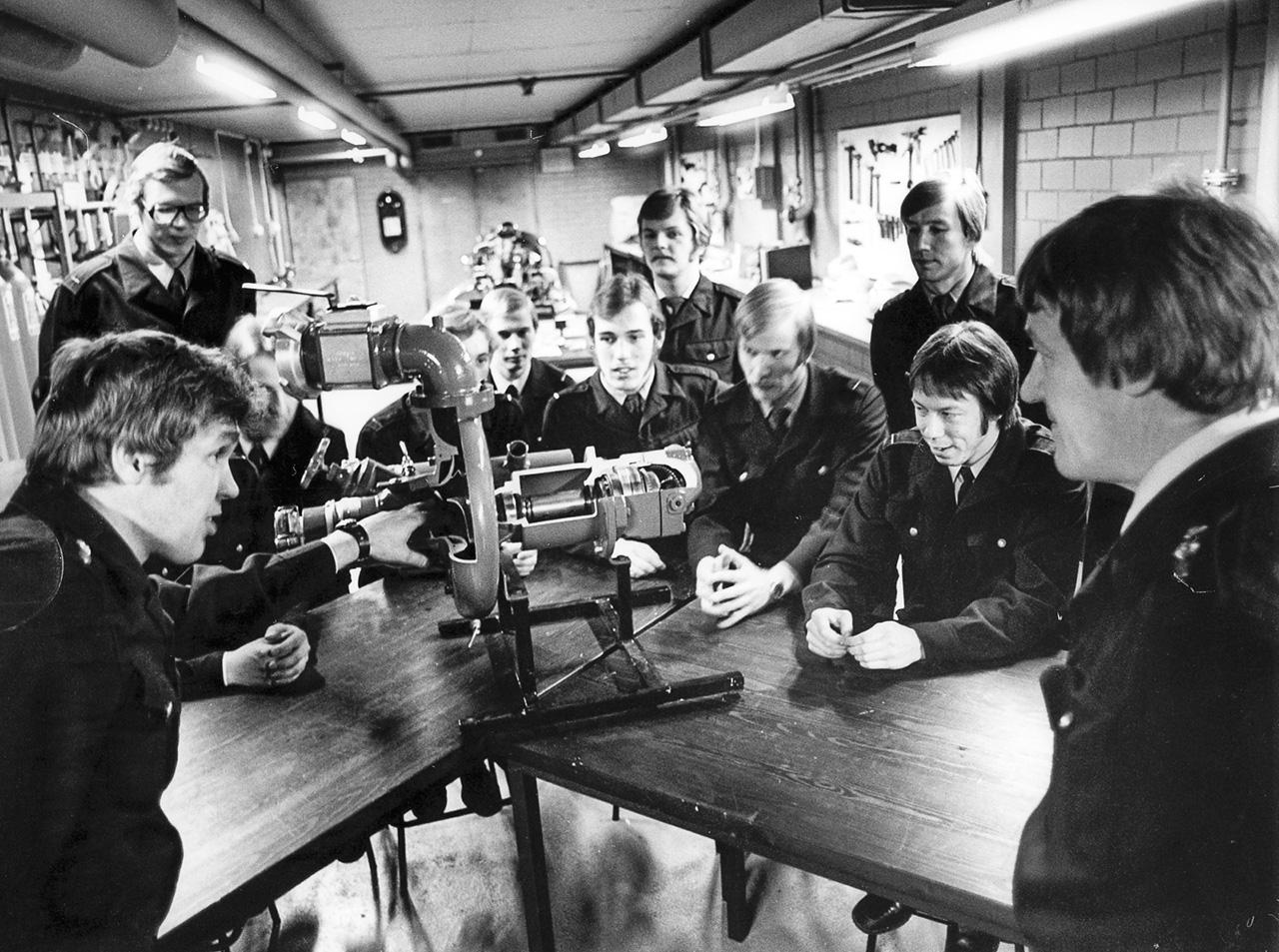 Kuvassa moottoriruiskuoppia Valtion palo-opistolla 1970-luvulla. Oikealla opettaja Gunnar Brofors. Kuva: Pelastustiedon arkisto.