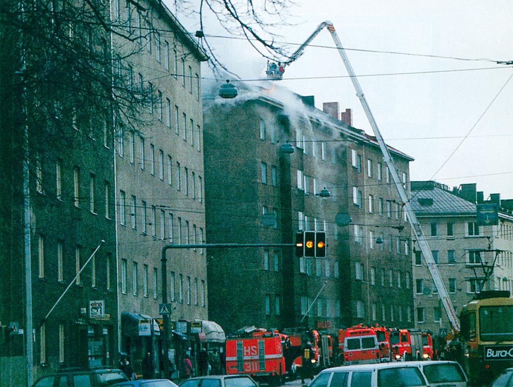 Ullakkopalossa oli ainekset suurvahingoksi. Kuva: Juhani Katajamäki.