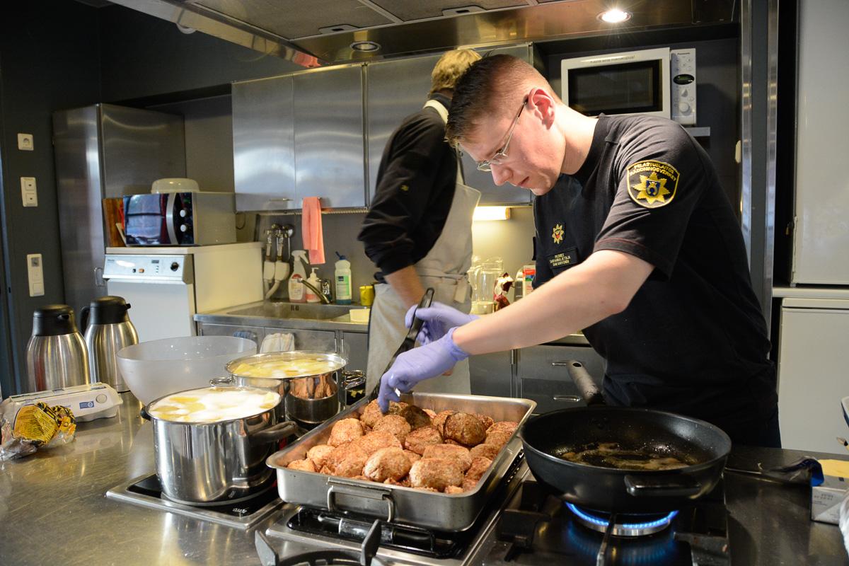 Palomies-sairaanhoitaja Dan Karvonen kokkasi Niittykummun paloasemalla Espoossa joulukuussa 2015.
