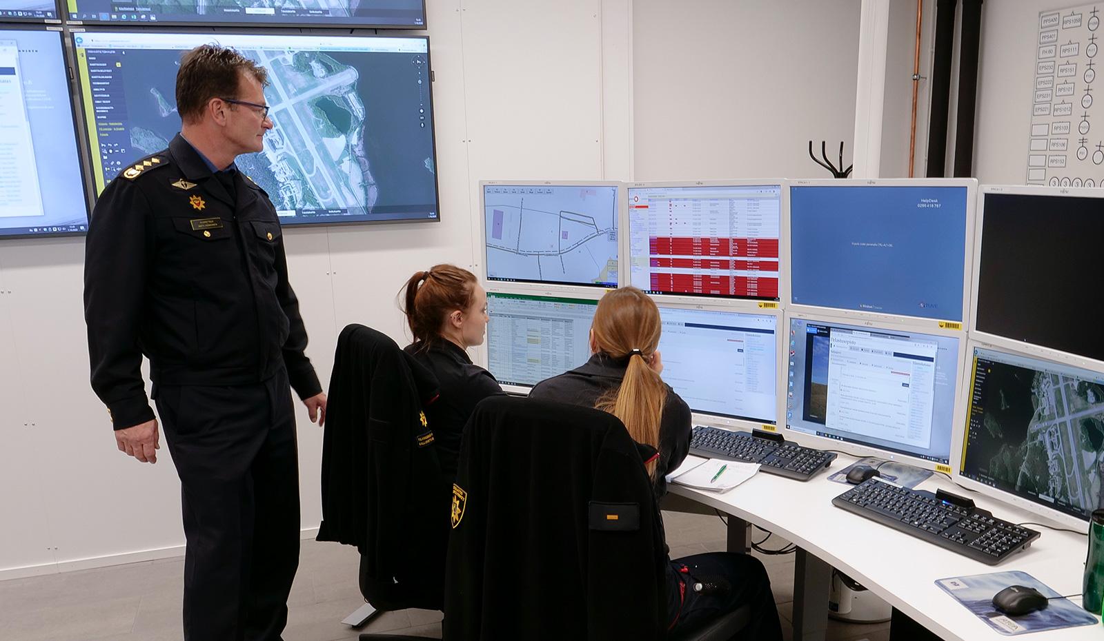 Uusi tekniikka ja uusitut tilat mahdollistavat monipuolisen johtamisharjoittelun. Yliopettaja Matti Honkanen opastaa toimintaa tilannekeskuksessa.