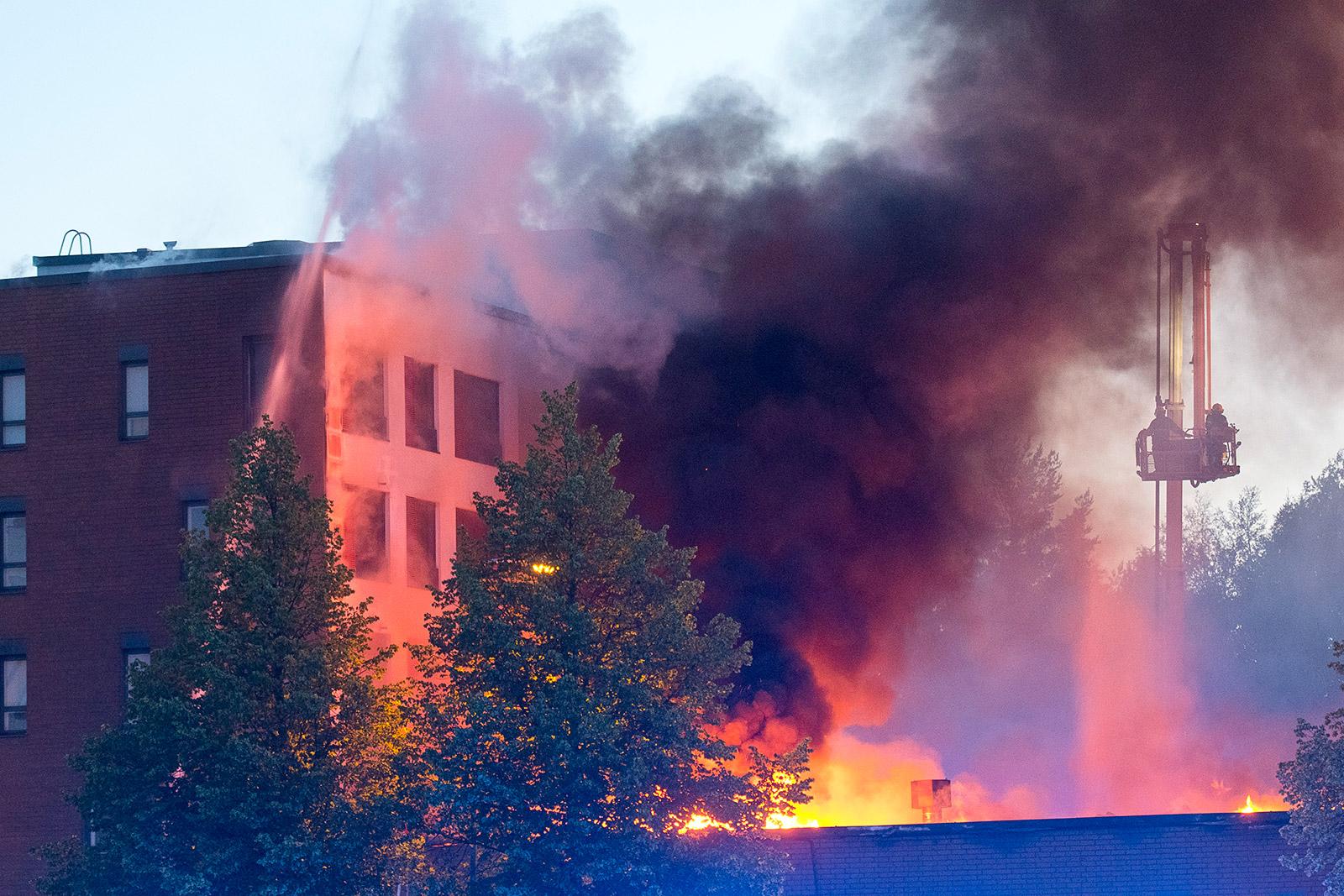 Kerrostalon ullakkopaloa luultiin jo sammutetuksi, kunnes sen pirullinen temppu räjähti käsiin. Palavasta rakennuskompleksista evakuoitiin 168 asukasta, kukaan heistä ei loukkaantunut. Kuva: Jari Laine/Color-Kuva Oy.