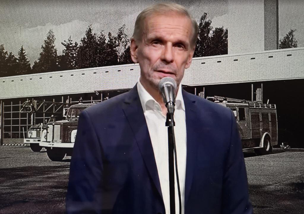 Näyttelijä Jukka Puotila muisteli kesämiesaikojaan Espoon palolaitoksella 1970-80-lukujen taitteessa historian ensimmäisessä virtuaalisessa Länsi-Uudenmaan pelastuslaitoksen perinnepäivässä. Kuva otettu teams-lähetyksestä.
