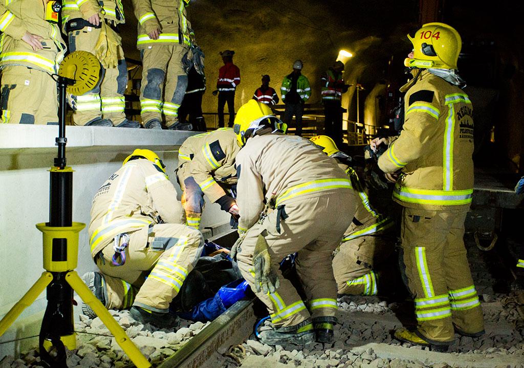 Tehokas valaistus on tärkeää pimeissä tiloissa, kuten metrotunnelissa. Tässä käynnissä harjoitus.
